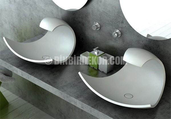 Banyo dekorasyonunda çift lavabo zerafeti