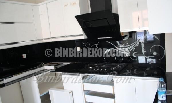 Siyah beyaz şıklığı mutfaklarda