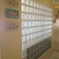 Cam tuğla duvarın salondan görünüşü(kenarda görülen siyah ...