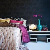 Yeni Sezon dekorasyonda mor turkuaz renk kullanimi mor duvar ortu turkuaz vazo. Fikirleri