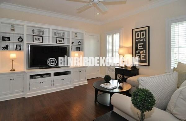 Ev dekorasyonunda tv yerleşimi konusunda bulunan oturma odası tv