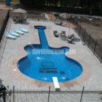 Gitar şeklinde yüzme havuzu